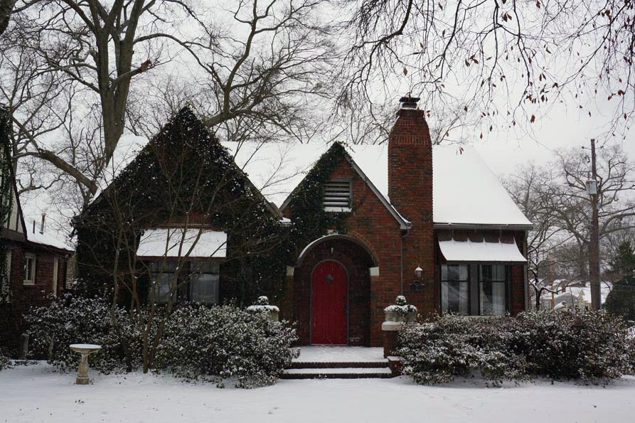 pretty-house-in-snow - Brian Krogsgard: https://krogsgard.com/2014/snow-day-in-birmingham/pretty-house-in-snow